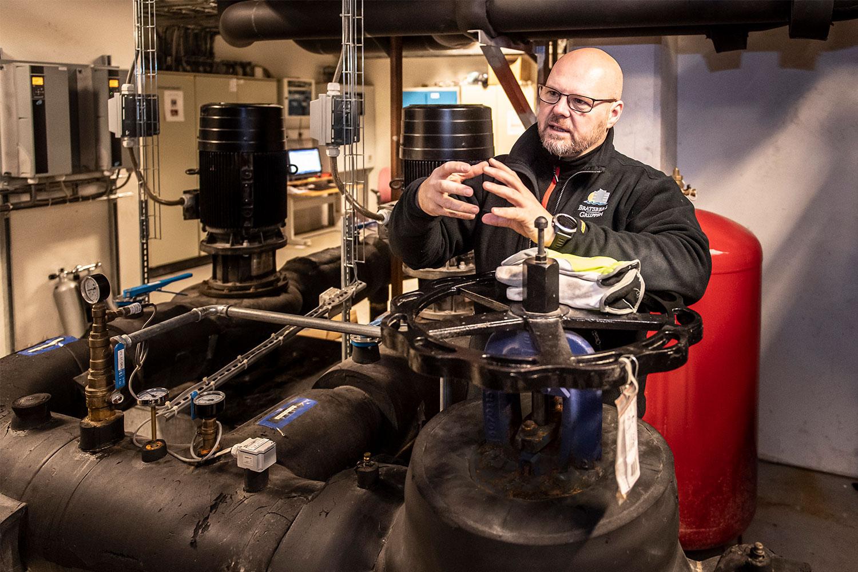 Driftsleder Jørn Bjerke i energisentralen på Porselensfabrikken