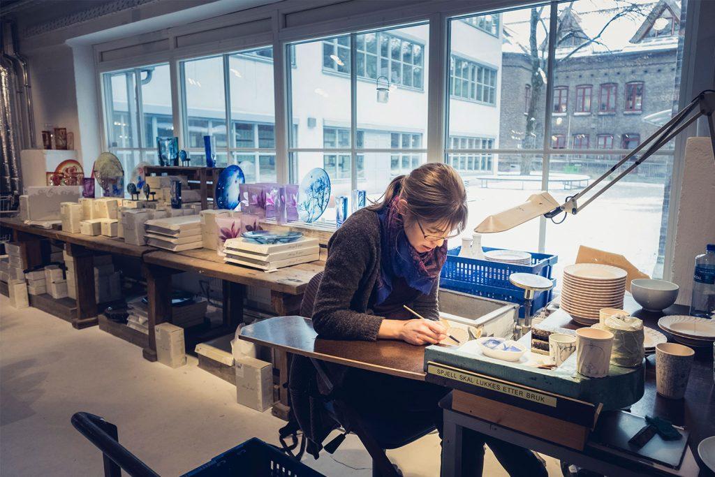 Porselensmaler i Porsgrund Porselænsfabrik (PP), i Porselensfabrikken Næringspark, Porsgrunn, Bratsberg Næringseiendom